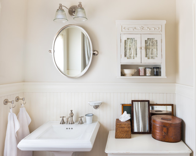 my houzz bright and cheerful updates to an 1890s colonial revival campagne salle de bain. Black Bedroom Furniture Sets. Home Design Ideas