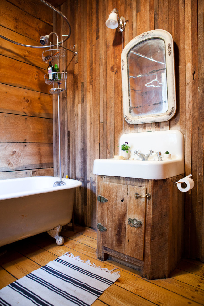 Inspiration for a country tub/shower combo remodel in Burlington