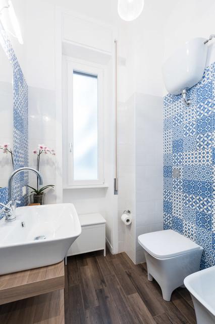 Foto di una piccola stanza da bagno costiera con lavabo a consolle, nessun'anta, ante in legno scuro, piastrelle blu, piastrelle in ceramica e WC monopezzo