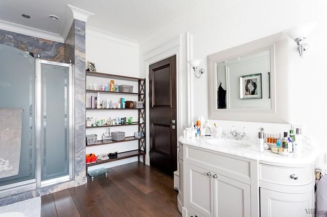 Неоклассицизм с мебелью Ralph Lauren Home и современным декором bathroom