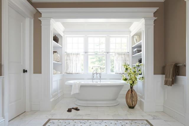 Immagine di una stanza da bagno classica con vasca freestanding e pareti marroni