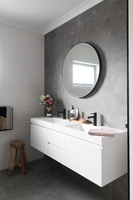 Esempio di una stanza da bagno con doccia minimal di medie dimensioni con ante bianche, vasca da incasso, WC monopezzo, piastrelle grigie, piastrelle in gres porcellanato, pareti grigie, pavimento in gres porcellanato, pavimento grigio, ante lisce e lavabo integrato