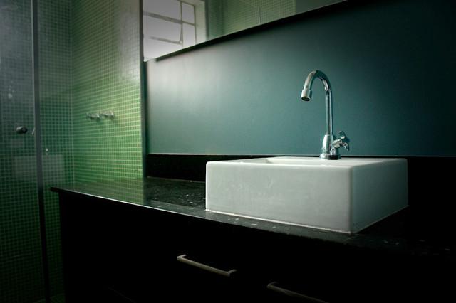 Oliveira Dia's Apartment contemporary-bathroom