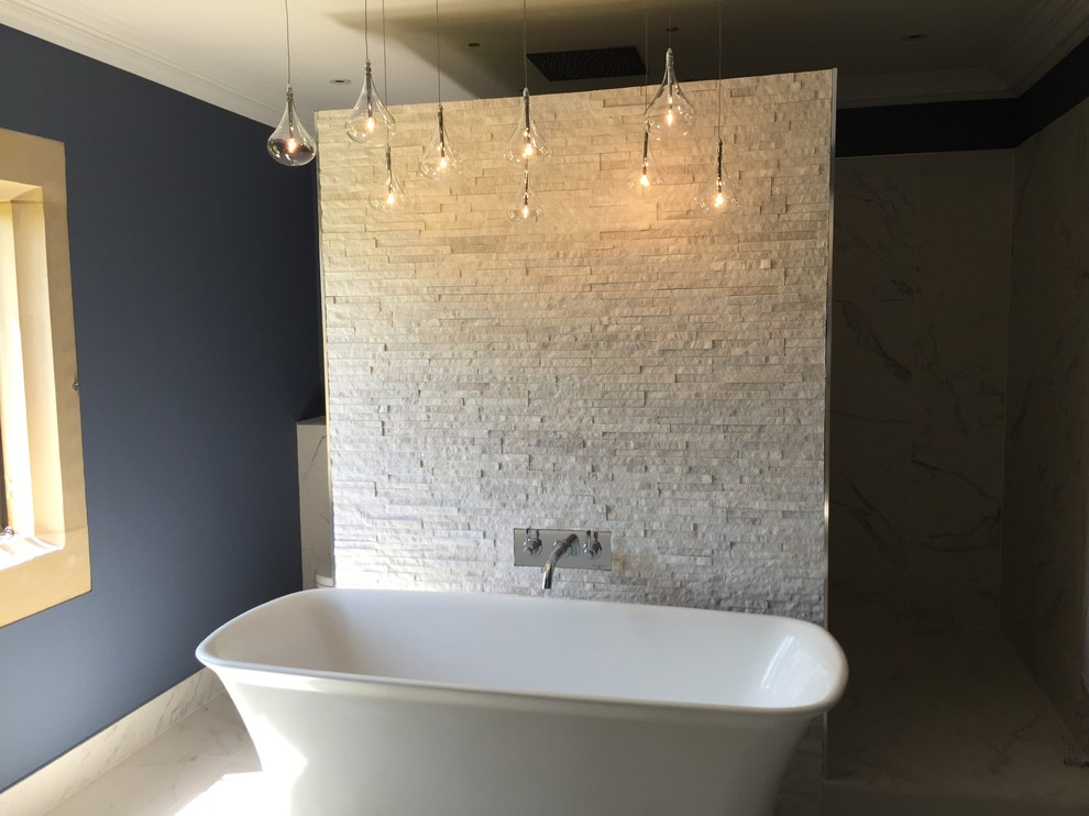 Free Standing Bath And Hanging Lighting