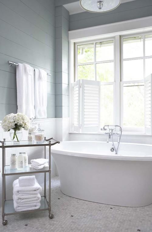 Классическая светлая ванная с бирюзовые стены белая мозайка на полу шаттерсы