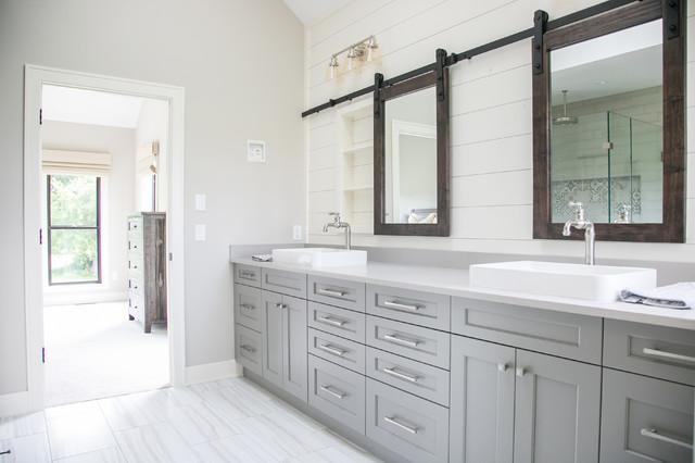 На фото: главная ванная комната в стиле кантри с угловым душем, белой плиткой, белыми стенами, белым полом, душем с распашными дверями и серой столешницей с