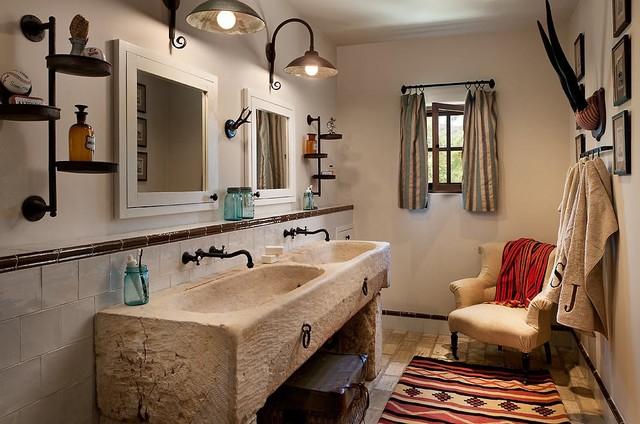 Esempio di una stanza da bagno american style con lavabo integrato e piastrelle bianche