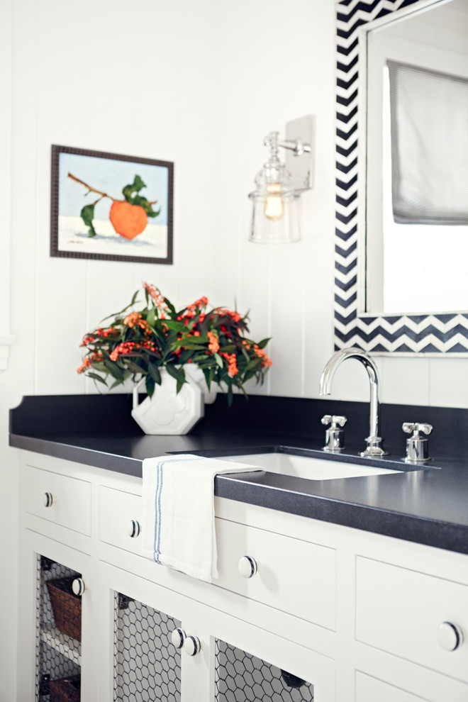 Example of a classic bathroom design in Los Angeles