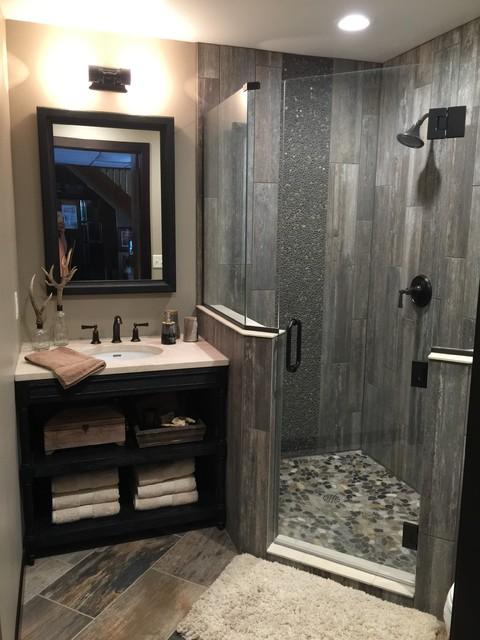 Plank & Pebble Guest Bath - Rústico - Cuarto de baño ...