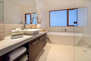 Salle de bain exotique avec une douche à l\'italienne ...