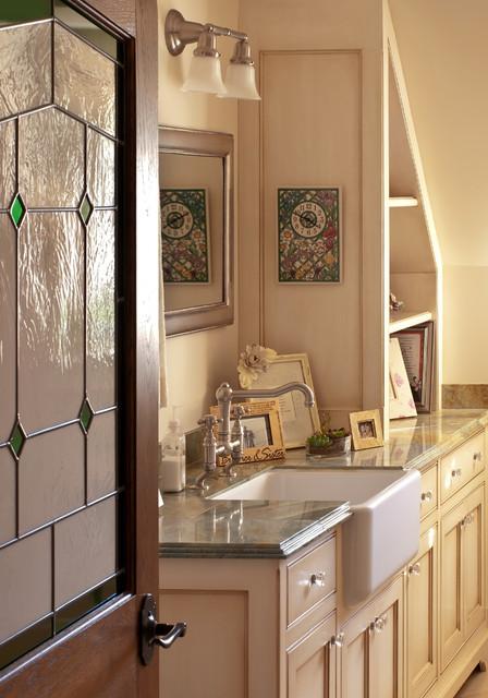 Pomello Residence traditional-bathroom