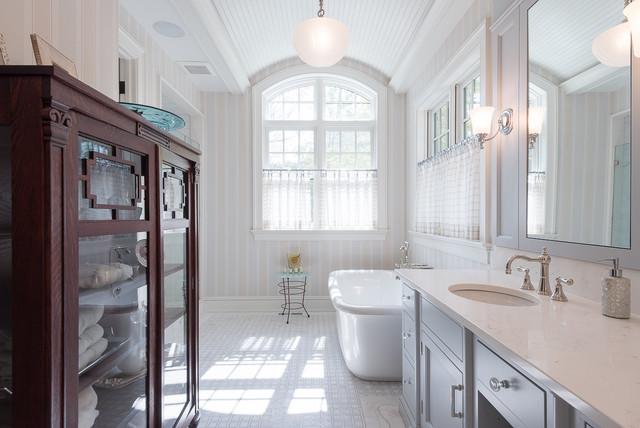 Esempio di una stanza da bagno padronale classica con lavabo sottopiano, ante in stile shaker, ante grigie, vasca freestanding e pareti multicolore