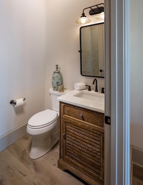 Foto di una piccola stanza da bagno con doccia classica con ante con finitura invecchiata, WC monopezzo, parquet chiaro, lavabo sottopiano, pavimento marrone, porta doccia a battente, top bianco, ante a persiana, piastrelle beige, piastrelle diamantate e pareti bianche