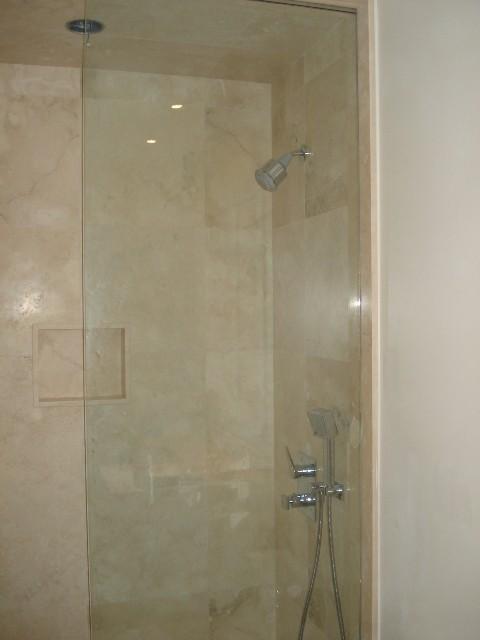 PRIVATE RESIDENCE - BIANCO CARRARA C CUSTOM HONED, SATURNIA LIGHT SELECT modern-bathroom