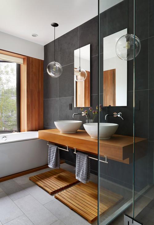シンプルモダンなインテリアの洗面所。丸い洗面ボウルと丸い照明で柔らかな雰囲気をプラス。