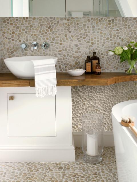 Foto på ett funkis badrum, med klinkergolv i småsten