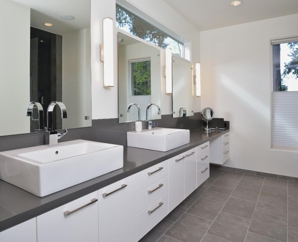 Ejemplo de cuarto de baño gris y blanco, moderno, con lavabo sobreencimera