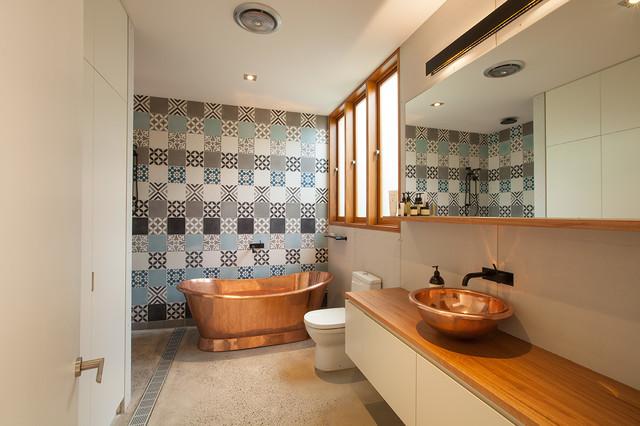 Неиссякаемый источник вдохновения для домашнего уюта: главная ванная комната среднего размера в современном стиле с белыми фасадами, столешницей из дерева, разноцветной плиткой, отдельно стоящей ванной, унитазом-моноблоком, цементной плиткой, синими стенами, бетонным полом и настольной раковиной