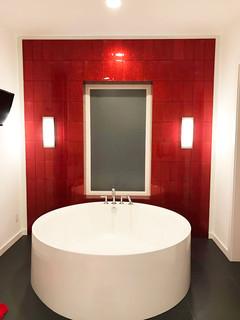 Badezimmer mit Whirlpool und roten Fliesen Ideen, Design ...