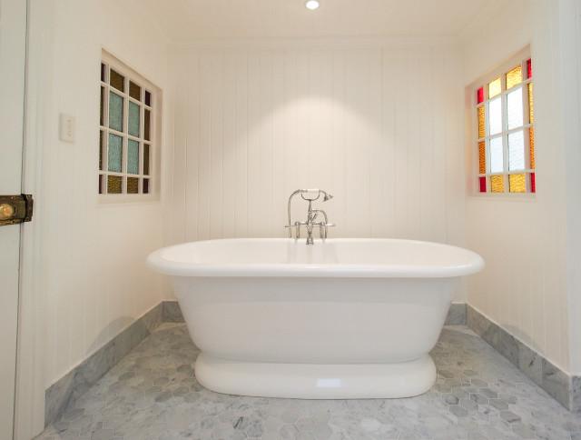 Red hill queenslander traditional bathroom brisbane for Queenslander bathroom designs