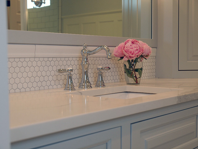 Example of a classic bathroom design in Cleveland