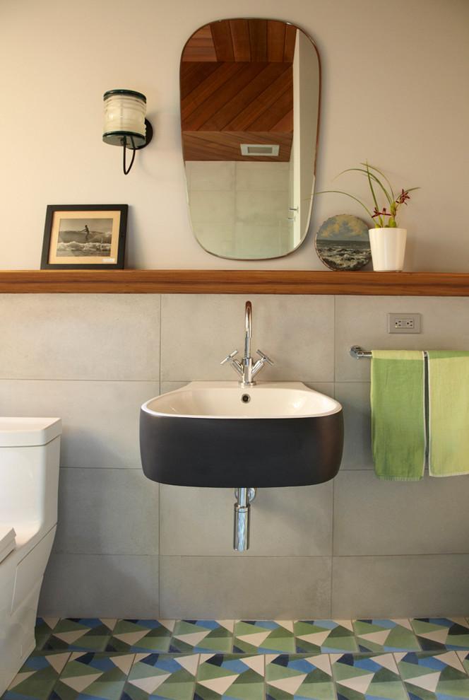 Ejemplo de cuarto de baño costero, pequeño, con lavabo suspendido, sanitario de una pieza, baldosas y/o azulejos grises, baldosas y/o azulejos beige, baldosas y/o azulejos azules, baldosas y/o azulejos verdes, baldosas y/o azulejos de cerámica, paredes beige, suelo de baldosas de cerámica y aseo y ducha