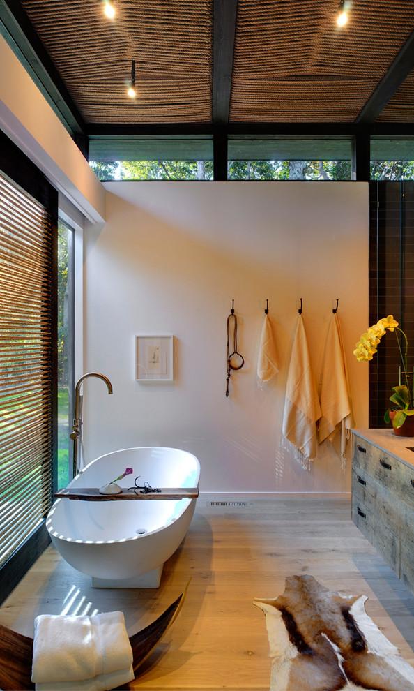Freestanding bathtub - modern freestanding bathtub idea in New York