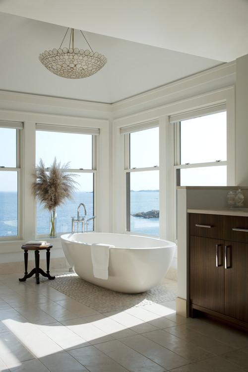 bañera con ventanales con vista al mar