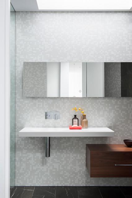 Ispirazione per una stanza da bagno contemporanea di medie dimensioni con lavabo integrato, ante lisce, ante in legno bruno, top in superficie solida, doccia alcova, piastrelle a mosaico, pavimento in marmo e piastrelle grigie