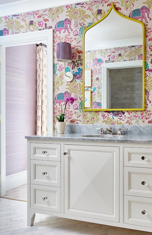 Ejemplo de cuarto de baño infantil, clásico renovado, de tamaño medio, con puertas de armario blancas, suelo de mármol, lavabo bajoencimera, encimera de mármol, suelo blanco, paredes multicolor y armarios con paneles empotrados