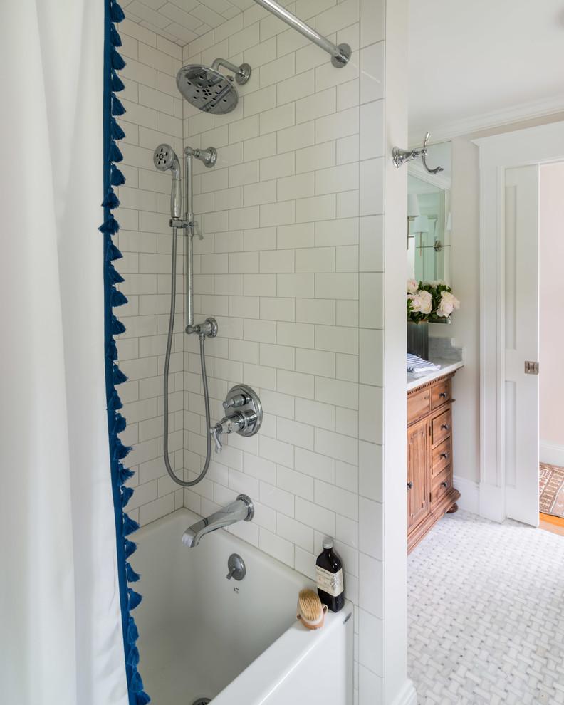 Modelo de cuarto de baño principal, clásico renovado, pequeño, con armarios tipo mueble, puertas de armario de madera oscura, bañera empotrada, combinación de ducha y bañera, sanitario de dos piezas, baldosas y/o azulejos blancos, baldosas y/o azulejos de porcelana, paredes grises, suelo de mármol, lavabo bajoencimera, encimera de mármol, suelo gris, ducha con cortina y encimeras blancas