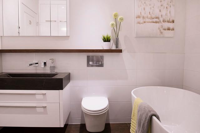 Salle de bain blanche et relaxante contemporary for Salle de bain kitch