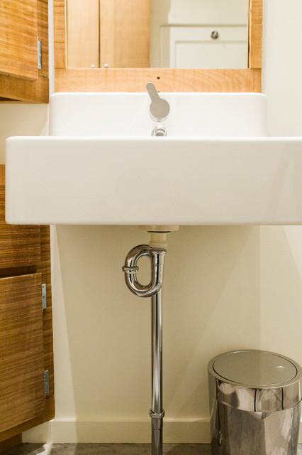 Salle de bain de bois exotique contemporary-bathroom