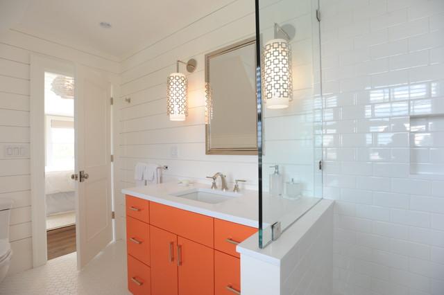 Immagine di una stanza da bagno con doccia stile marinaro con lavabo sottopiano, ante lisce, ante arancioni, piastrelle bianche, piastrelle diamantate e pareti bianche