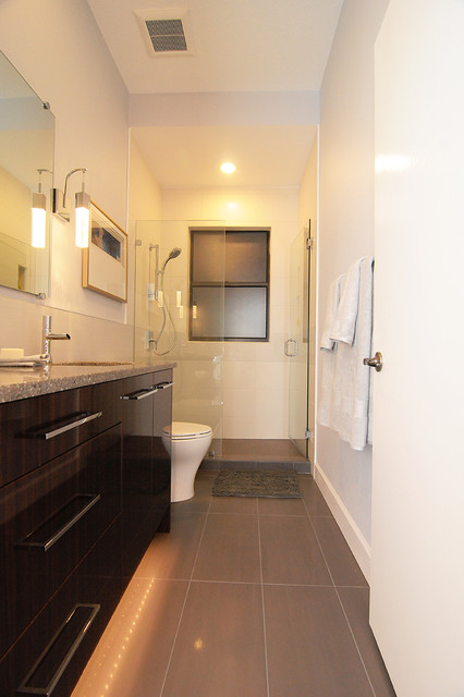 shades of grey contemporary guest bath modern badezimmer tampa von bee studios design. Black Bedroom Furniture Sets. Home Design Ideas