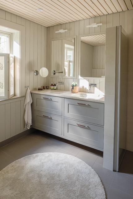 Esempio di una stanza da bagno con doccia country con ante in stile shaker, ante beige, pareti beige, lavabo sottopiano e pavimento beige