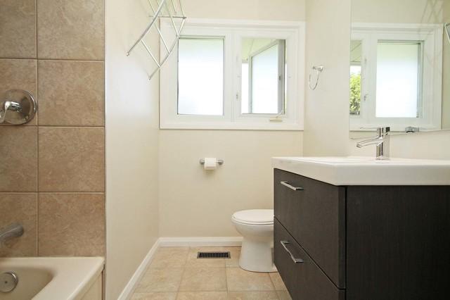 Shamir contemporary bathroom ottawa by ascent for Bathroom designs ottawa