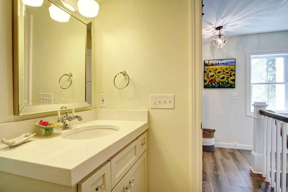 Example of a farmhouse bathroom design in Minneapolis