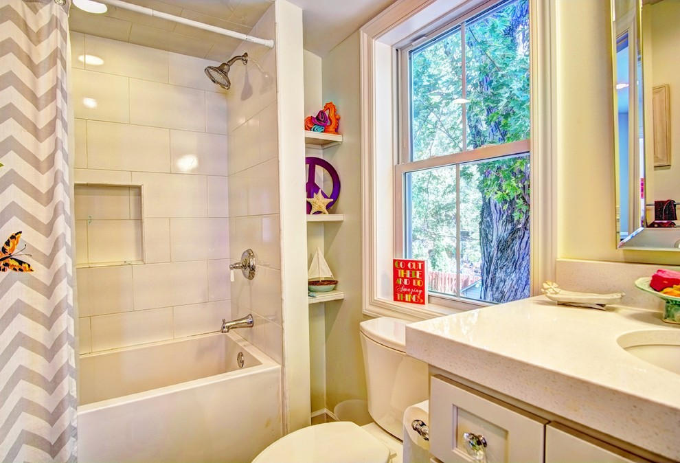 Example of a cottage bathroom design in Minneapolis