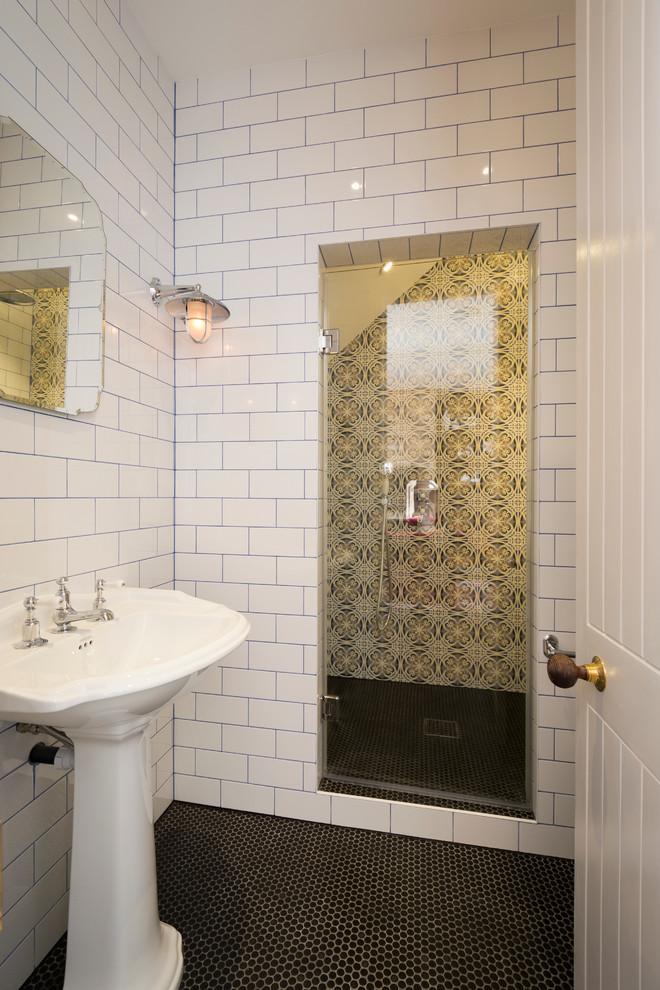 Idee per una stanza da bagno chic con lavabo a colonna, doccia alcova, piastrelle bianche e piastrelle diamantate