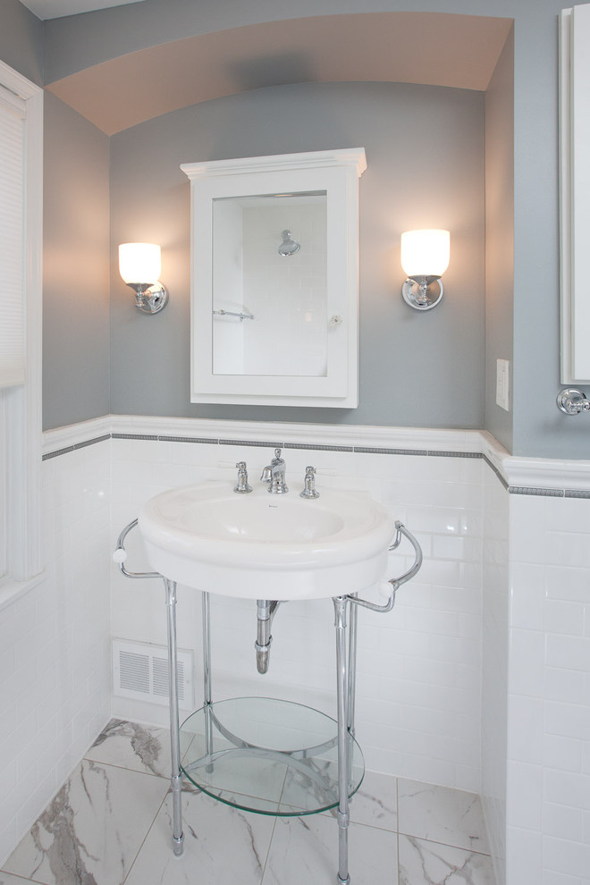 Example of an arts and crafts bathroom design in Minneapolis