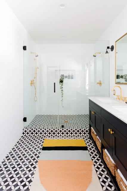 Inspiration för klassiska badrum, med skåp i shakerstil, svarta skåp, en dusch i en alkov, vit kakel, tunnelbanekakel, ett undermonterad handfat och dusch med gångjärnsdörr