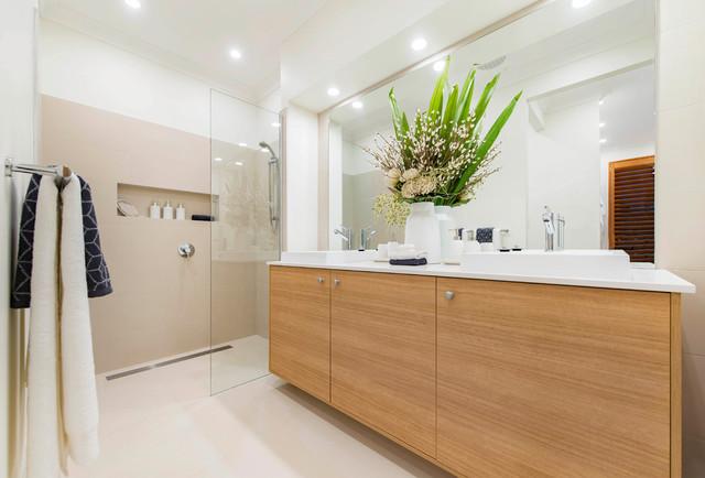 Idee per una grande stanza da bagno nordica con doccia aperta, lavabo da incasso e ante in legno chiaro