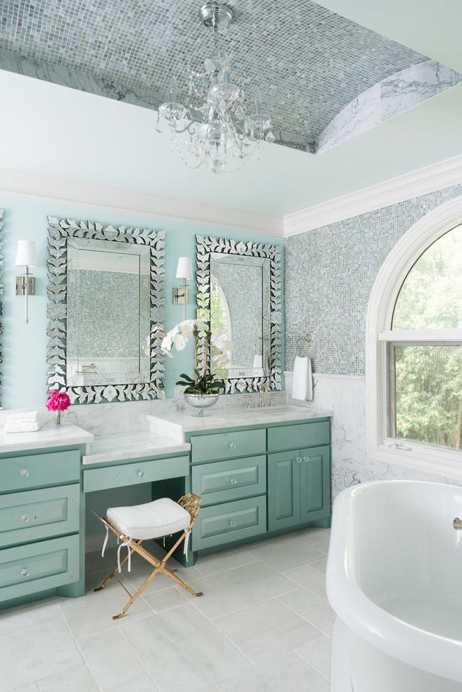 Immagine di una stanza da bagno padronale chic con ante con bugna sagomata, ante verdi, vasca freestanding, piastrelle verdi, piastrelle multicolore, pareti bianche, lavabo sottopiano, top in marmo e pavimento bianco