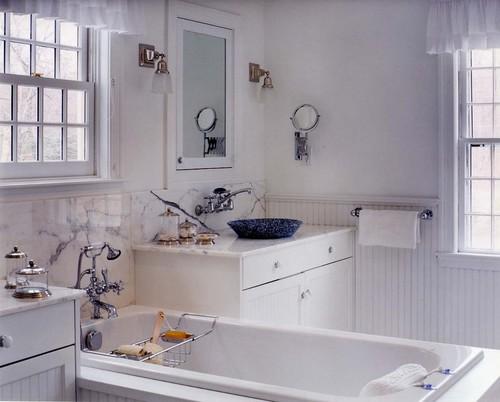 baño tradicional con paredes muebles y bañera en color blanco