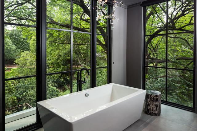 Foto di una stanza da bagno padronale design di medie dimensioni con ante lisce, ante in legno chiaro, vasca freestanding, doccia ad angolo, WC monopezzo, piastrelle grigie, piastrelle in gres porcellanato, pareti grigie, pavimento in gres porcellanato, lavabo sottopiano e top in marmo