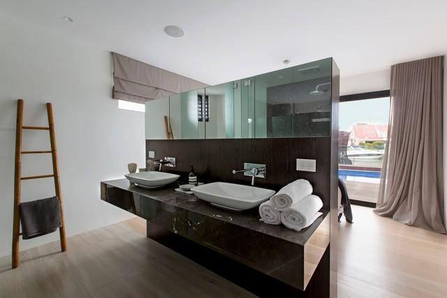 Immagine di una stanza da bagno contemporanea con pareti bianche, parquet chiaro e lavabo a bacinella