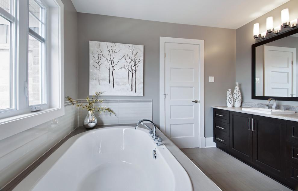 Example of a classic bathroom design in Ottawa