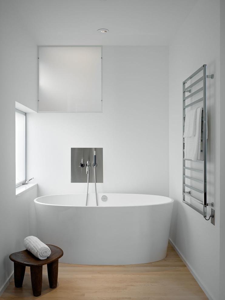 Minimalist freestanding bathtub photo in San Francisco