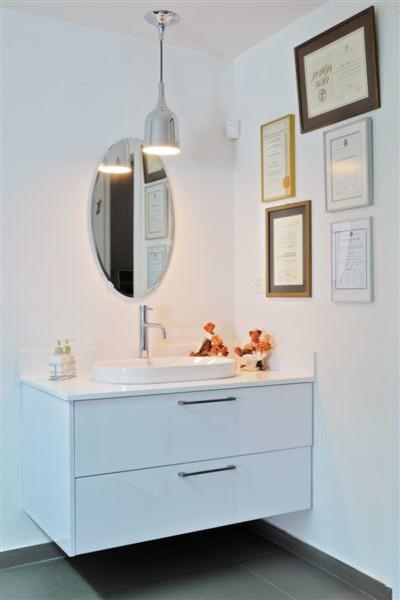 THE DENTIST HOME modern-bathroom